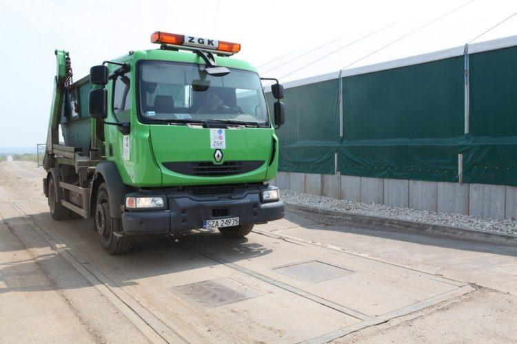 Zielony samochód ciężarowy (hakowiec)