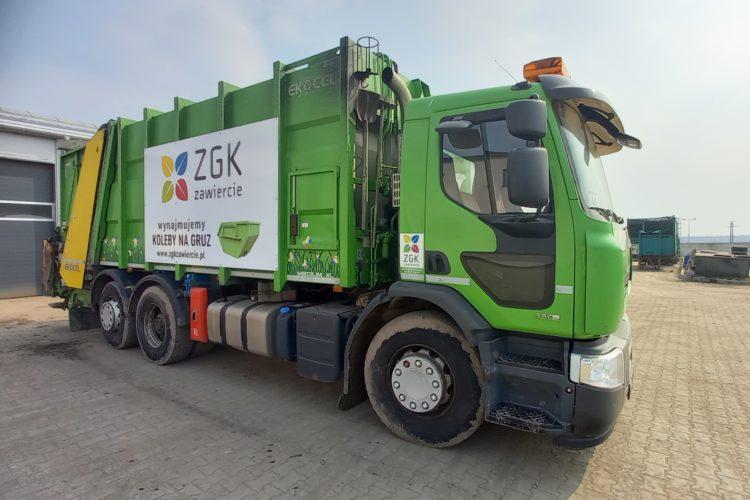 Zielony samochód ciężarowy typu śmieciarka